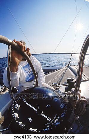 Auguri ..Mr Charade...! Uomo-a-timone-di-barca-vela-con-archivio-fotografico__cwe4103