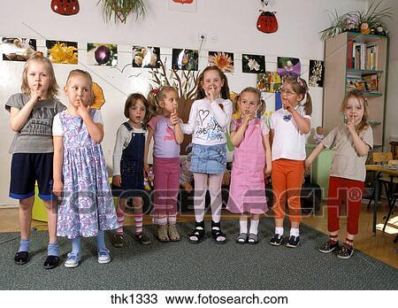 c5f042fc78cd80 Kindergarten, mädchen, machen, ruhig, zeichen, kindergarten, von, links,  to, recht, mr9023, 32, 28, 25, 33, 27, 29, 31 Stock Bild
