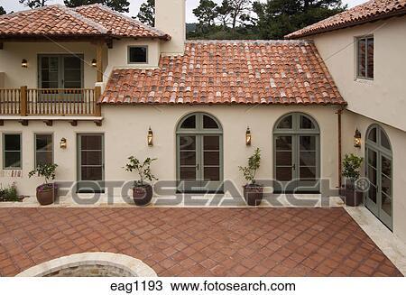Stock foto buitenkant van een spaanse trant luxehuis met