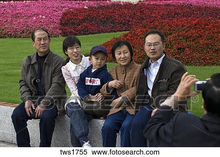 2ddffdb9eae Παιδί, γονείς, και, παππούς και γιαγιά, λαμβάνω στάση, για, βγάζω  φωτογραφία, κατά την διάρκεια, εκδρομή, renmin, πάρκο, σανγκάι, κίνα