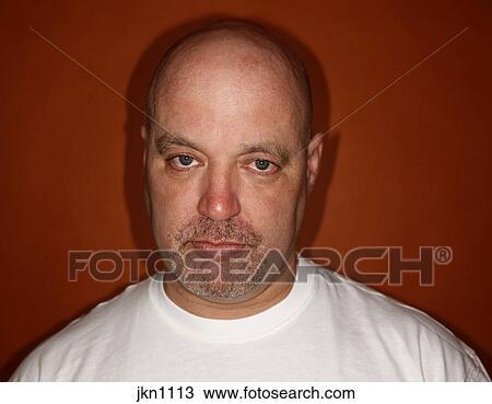 c4b168c06f Hombre maduro, retrato, contra, naranja, fondo. Colección de imágen ...