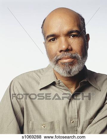 9d14ccad75 Hombre maduro, posar, en, estudio, (portrait) Colección de foto ...