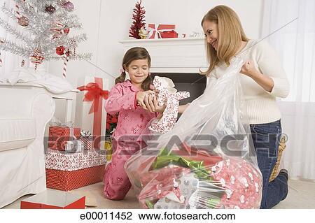 Weihnachtsgeschenke Mutter.Mutter Tochter Aufräumen Nach öffnung Weihnachtsgeschenke Stock Bild