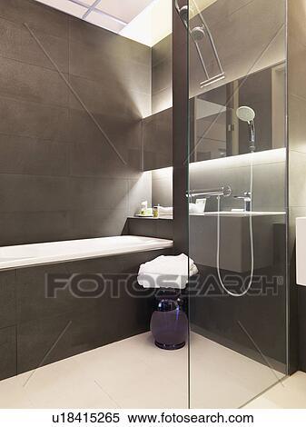 Braun weiß, modernes, badezimmer Stock Fotografie ...