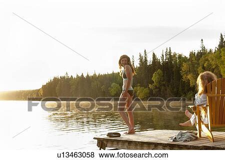 Banque LongueSurDockClairLacManitobaCanada Photo BainSecondeAssisChaise FemmeDansMaillot Position De odxBerC