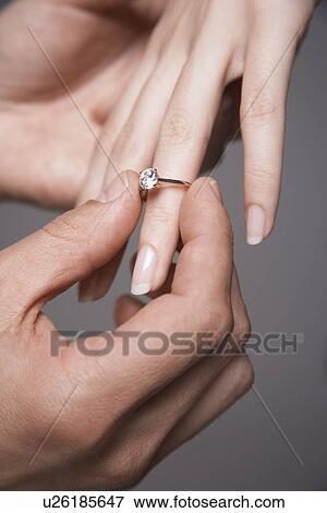 Bild Mann Plazierung Verlobungsring Auf Frau Finger