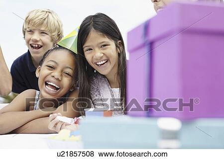 9ffd6ca2251 Παιδιά, σε, ένα, γενέθλια γιορτή Αποθήκη Φωτογραφίας   u21857508 ...