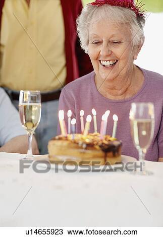 Stock Foto Oude Vrouw Op Een Verjaardag Viering U14655923