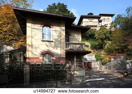 Immagine vista frontale di grande multilevel vecchio - Facciata casa in pietra ...