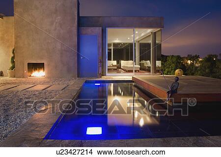 Stock foto buiten terras en vijver op hippe thuis u23427214