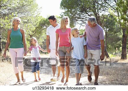 8ec8e03e2d5 Ένα, οικογένεια, με, γονείς, παιδιά, και, παππούς και γιαγιά, βόλτα,  διαμέσου, πάρκο
