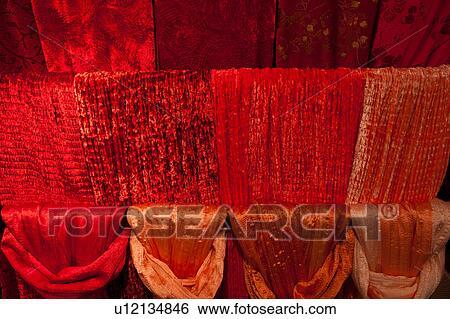 Rot, samt, und, seide, schals, hängender, in, vier, reihen ...