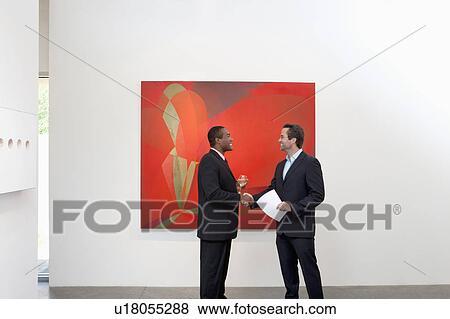 Beelden twee mensen schuddende handen voor muur schilderij u18055288 zoek stock foto 39 s for Volwassen kamer schilderij model