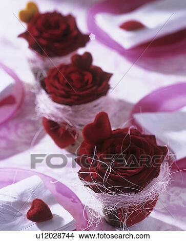 Stock Foto Tischdeko Mit Rote Rosen In Klein Topfe Und Rot