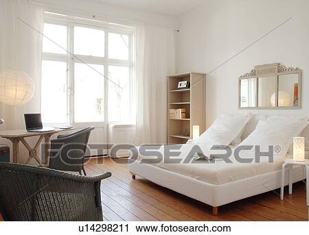 Camera letto, con, specchio, sopra, il, letto Archivio Immagini