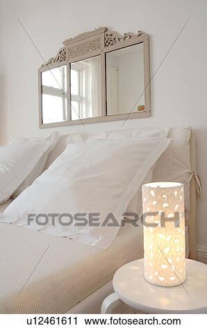 Chambre à coucher, à, miroir, au-dessus, les, lit Banque d\'Image