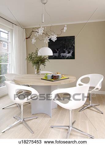 Moderne Clair Salle Manger à Table Ronde Et Chaises Banque Dimage