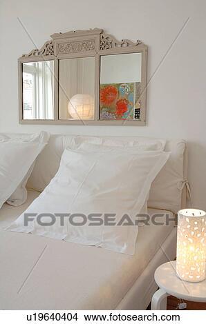 Stock Foto - slaapkamer, met, spiegel, boven, de, bed u19640404 ...