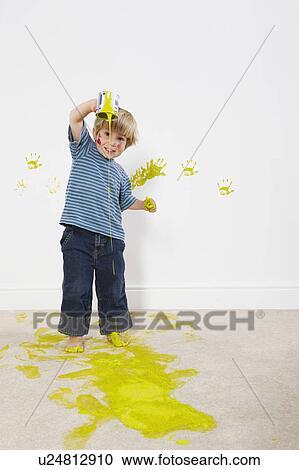 Hazır Fotoğraflar Yeni Yürüyen Erkek çocuk Dökme Boya üzerine