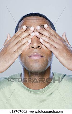 若者, ∥で∥, 手が目を覆う, スタジオの 打撃 ストックイメージ ...