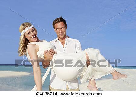 Stock Foto Braeutigam Tragen Braut An Schon Strandhochzeit