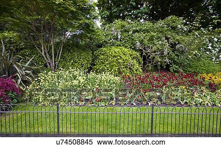 Stock Bild Blumenbeet Und Gras Hinter Klein Zaun U74508845