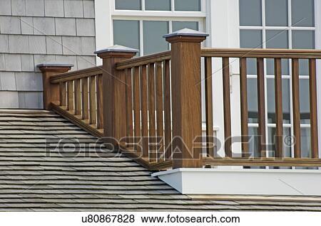 Billeder - af træ, altan rækværk, og, shingled, tag u80867828 - Søg ...