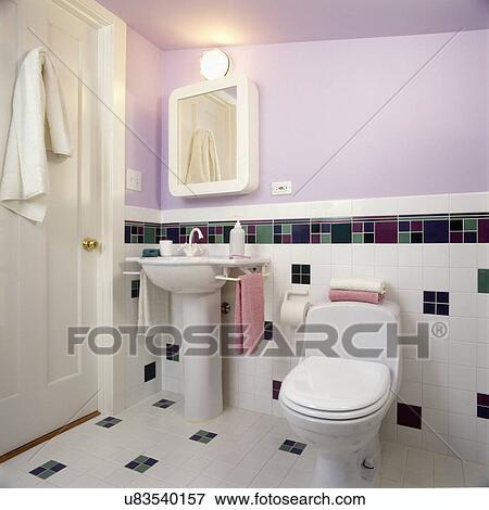 Badezimmer, -, modernes, bad, in, lavendel, und, weiß, mit, sockel, sinken,  teilweise, gekachelte mauer, mit, checkered, muster, in, grün, sambara ...