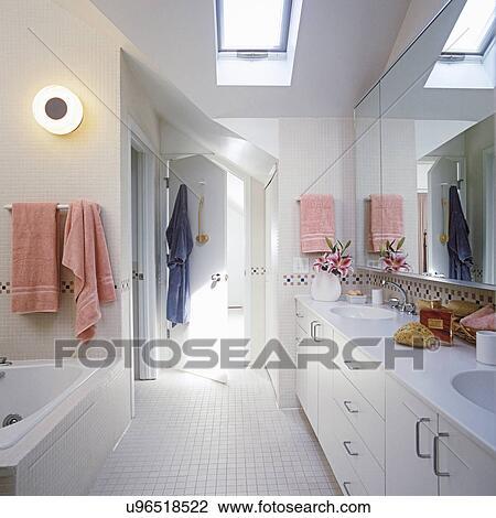 Bathrooms:, blanc, grenier, salle bains, mur, à, mur, carreau ceramique,  petit, carrée, blanc, et, blanc, tuile mosaïque, utilisé, par, dehors.,  ciel, ...