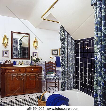 Stock Bild - BATHROOMS:, wanne, und, dusche, in, vordergrund, Laura ...