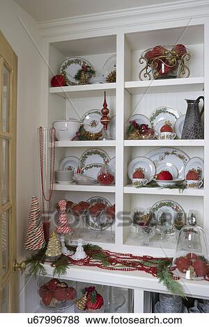 Butlers Christbaumkugeln.Christmas Butler S Vorratsraum Mit Weihnachten China Und Rot Akzente Von Beaded Christbaumkugeln Zuckerstange Bäume Stock Foto