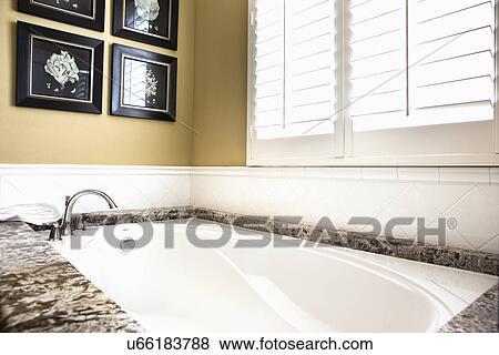 Immagini contemporaneo bagno con marmo rifilare tustin