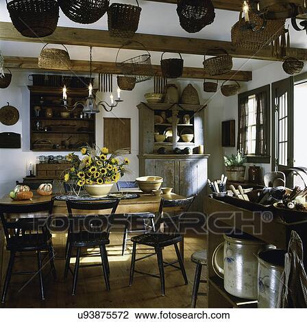 Cucina, country., anticaglia, tavola, cesti, mensole, zona cena, con ...
