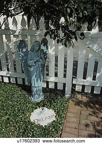 Stock Foto Gardens Engel Statue Steht Hinuber Ein Graviert