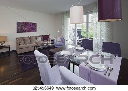 Interno, di, uno, contemporaneo, soggiorno, con, viola, pittura, su, parete  Archivio Fotografico