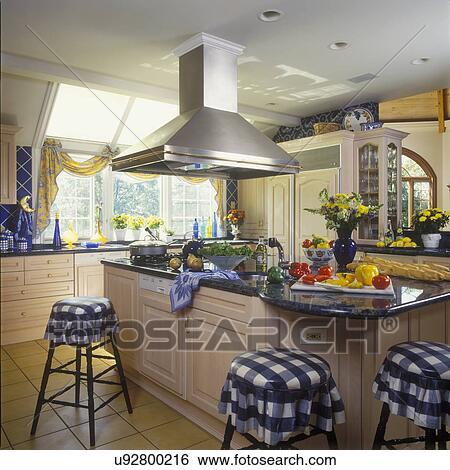 banque d 39 images kitchens vue vers cuisine le et sombrer area conserv vinaigre. Black Bedroom Furniture Sets. Home Design Ideas