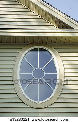Ovale Formé Bois Fenêtre Dans Famille Seule Maison Banque D