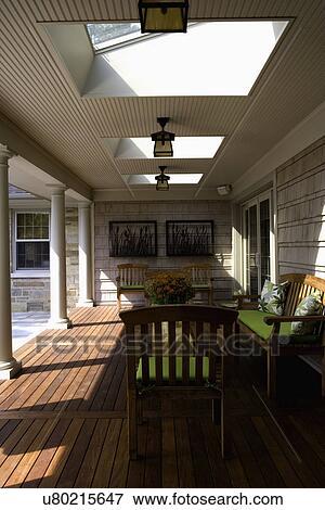 beeld porch schoonmaken lined tijdgenoot portiek lichtkoepels wainscot kunstnijjverheid verlichting teakhout meubel met linde brink kussens