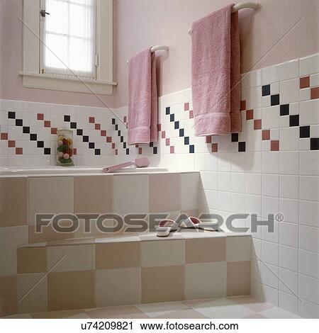 Salles bains, -, contemporain, bain, rose pâle, et, blanc, carrelé, étapes,  à, bain, partiel, mur carrelé, à, checkered, modèle, rose pâle, ...