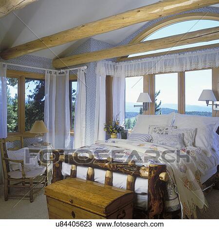 Stock Foto - slaapkamer, -, land, logboek, beamed, ceiling ...