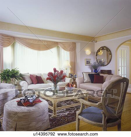 Soggiorno, -, cremoso, bianco, walls., pallido, legno, tavolino da caffè,  disposizione floral, di, zenzero, malloppo, tendaggio, in, pallido, pesca,  ...