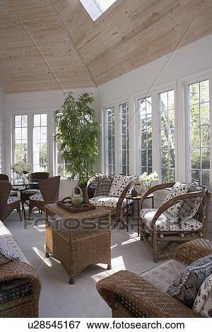 Foto sunroom con marr n mobiliario de mimbre - Alfombras portico ...