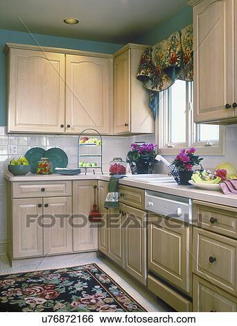 Stock afbeeldingen keuken hoek met rose bloemen tapijt venster valance kabinetten - Keuken header venster ...
