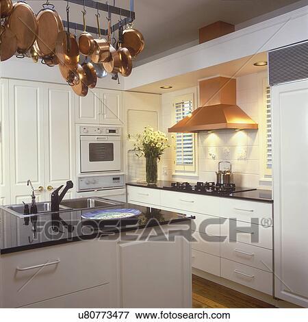 Beeld keukens alles witte keuken met black countertops koper pannen hangend van - Beeld van eigentijdse keuken ...