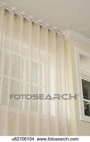 stock foto venster treatments verborgen gordijnstaaf puur gordijnen van de plafond bleek gele muren met witte geverfde strip