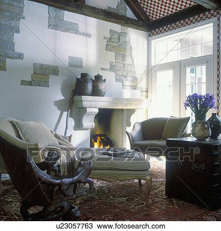 Wohnzimmer, -, kaminofen, mit, groß, corbels, kaminsims, mauerwerk, wände,  sofa, zwei, arm, stühle, französische türen, zwei, groß, urnen, auf, ...