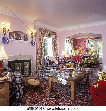 Wohnzimmer,  , To, Dass, Fireplace., Antiker, Kiefer, Couchtisch, Spitze,  Doily, Blumen , Beute, Vorhänge, Büffel, Kontrollieren, Stoff, Stühle, Und,  ...