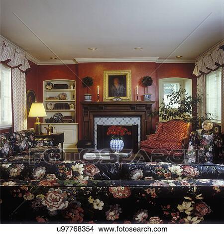 Wohnzimmer, -, traditionelle, wohnzimmer, mit, verbrannt, orange, wände,  geschnitzt, dunkel, holz, kaminsims, fliese, umgeben, auf, kaminofen, rot,  ...