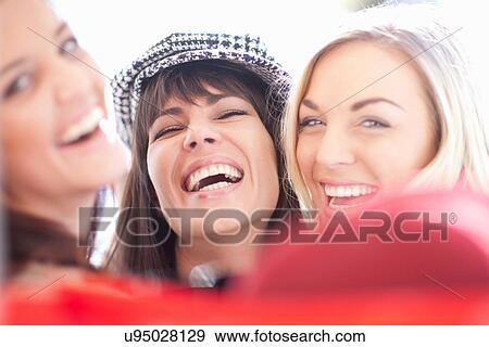 Nahaufnahme, porträt, von, drei, weiblich, freunde, lachen