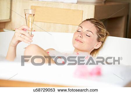 prix de détail Los Angeles magasin d'usine Femme relâche, dans, bain, boire, champagne Banque d'Image